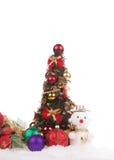 Rote Weihnachtskugel mit Schnee Stockbilder