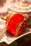Rote Weihnachtskugel mit Verzierungen - Christbaumschmuck Lizenzfreie Stockbilder