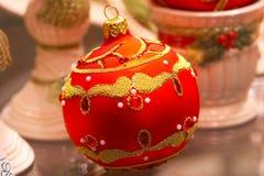 Rote Weihnachtskugel mit Verzierungen - Christbaumschmuck Lizenzfreies Stockbild