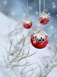 Rote Weihnachtskugel-Schneefallphantasie Stockfoto
