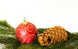 Rote Weihnachtskugel und -kegel Lizenzfreies Stockbild