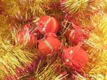 Rote Weihnachtskugeln lizenzfreies stockbild