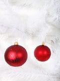 Rote Weihnachtskugeln auf Baum Lizenzfreies Stockfoto