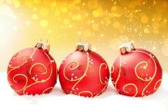Rote Weihnachtskugeln auf festlichem abstraktem Hintergrund Stockfotografie