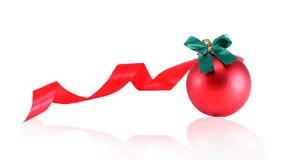 Rote Weihnachtskugeln auf weißem Hintergrund Stockbild