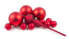 Rote Weihnachtskugeln getrennt auf Weiß Lizenzfreie Stockbilder