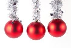 Rote Weihnachtskugeln getrennt auf Weiß Stockbild