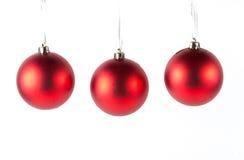 Rote Weihnachtskugeln getrennt auf Weiß Lizenzfreie Stockfotografie