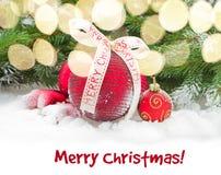 Rote Weihnachtskugeln im Schnee Stockfotos