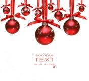 Rote Weihnachtskugeln mit Bögen auf Weiß Lizenzfreies Stockbild