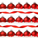 Rote Weihnachtskugeln mit dem Schnee getrennt auf Weiß Stockfotos