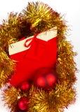 Rote Weihnachtskugeln und anwesender Kasten des Papiers Lizenzfreie Stockfotos