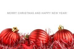 Rote Weihnachtskugeln und -filterstreifen stockbilder