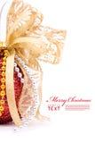 Rote Weihnachtskugeln und Goldbogenfarbband Lizenzfreie Stockfotografie