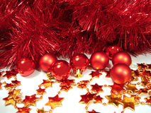 Rote Weihnachtskugeln und goldene Sterne mit Girlande Lizenzfreies Stockbild