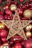 Rote Weihnachtskugeln und Goldstern stockbilder