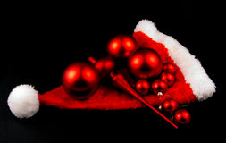 Rote Weihnachtskugeln und -hut getrennt Stockfoto