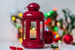 Rote Weihnachtslaterne auf weißem Hintergrund mit Tannenzweig- und Lichtgirlande Lizenzfreie Stockfotos