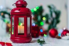 Rote Weihnachtslaterne auf weißem Hintergrund mit Tannenzweig- und Lichtgirlande Lizenzfreie Stockbilder