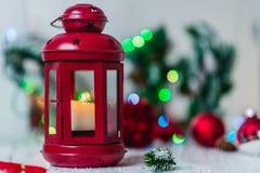 Rote Weihnachtslaterne auf weißem Hintergrund mit Tannenzweig- und Lichtgirlande Lizenzfreie Stockfotografie