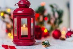 Rote Weihnachtslaterne auf weißem Hintergrund mit Tannenzweig- und Lichtgirlande stockbild