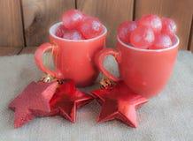 Rote Weihnachtsschalen mit roter Süßigkeit Lizenzfreies Stockbild