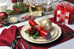 Rote Weihnachtstagestabellen-Einstellung mit Geschenk Stockfotos