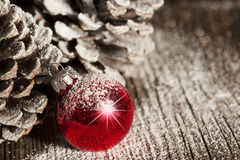 Rote Weihnachtsverzierung Pinecones Lizenzfreie Stockfotos