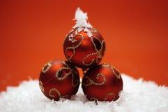 Rote Weihnachtsverzierungen stockfotografie
