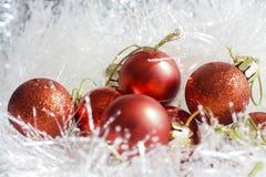 Rote Weihnachtsverzierungen stockbilder