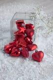 Rote Weihnachtsverzierungen auf Schnee Lizenzfreies Stockbild