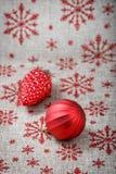 Rote Weihnachtsverzierungen auf Segeltuchhintergrund mit roten Funkelnschneeflocken Abbildung innen Glückliches neues Jahr platz Stockbilder