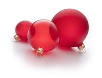Rote Weihnachtsverzierungen getrennt Stockbild