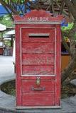 Rote Weinlese-hölzerner Briefkasten unter einem Baum stockbild