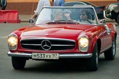 Rote Weinlese Mercedes Lizenzfreie Stockfotografie