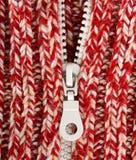 Rote Wollestrickjacke der Nahaufnahme mit Reißverschluss stockfotos