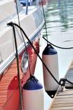 Rote Yacht, die im ruhigen Hafen befestigt Lizenzfreie Stockfotografie