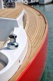 Rote Yacht im Hafen Lizenzfreies Stockfoto