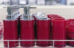 Rote Zufuhren der Flüssigseife auf dem Ladenregal stockfotografie