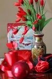 Rote Zusammensetzung mit Herzen, Blumen, Liebe Stockfotos