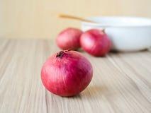Rote Zwiebel auf altem hölzernem Hintergrund Lizenzfreies Stockbild