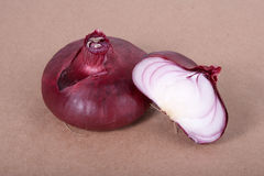 Rote Zwiebel auf einem Pergament Lizenzfreie Stockfotos
