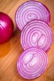 Rote Zwiebel geschnitten auf Ausschnittvorstand Stockbilder