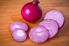 Rote Zwiebel geschnitten auf Ausschnittvorstand Lizenzfreies Stockfoto