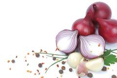 Rote Zwiebel mit dem Knoblauch und Gewürzen getrennt Stockfotografie