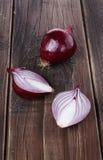 Rote Zwiebeln auf einem rustikalen hölzernen Hintergrund Stockfoto