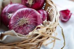 Rote Zwiebeln in einem Korb Lizenzfreie Stockfotografie