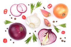 Rote Zwiebeln, Knoblauch mit Rosmarin und Pfefferkörner lokalisiert auf einem weißen Hintergrund Beschneidungspfad eingeschlossen Lizenzfreie Stockfotos