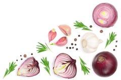 Rote Zwiebeln, Knoblauch mit Rosmarin und Pfefferkörner lokalisiert auf einem weißen Hintergrund mit Kopienraum für Ihren Text Be Lizenzfreie Stockfotos