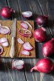 Rote Zwiebeln und Messer Lizenzfreies Stockfoto